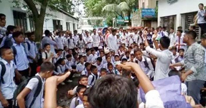 ভাড়া নিয়ে সোনারগাঁয়ে দুই শিক্ষক লাঞ্ছিত, সড়ক অবরোধ
