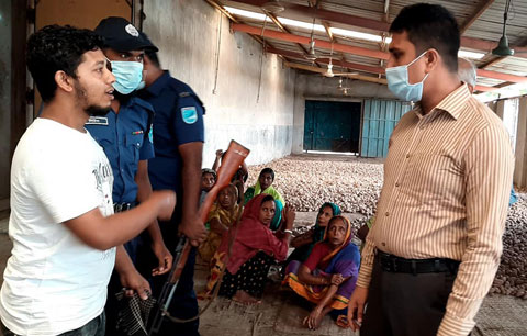 বেশি দামে আলু বিক্রি, দুই প্রতিষ্ঠানকে ২০ হাজার টাকা জরিমানা